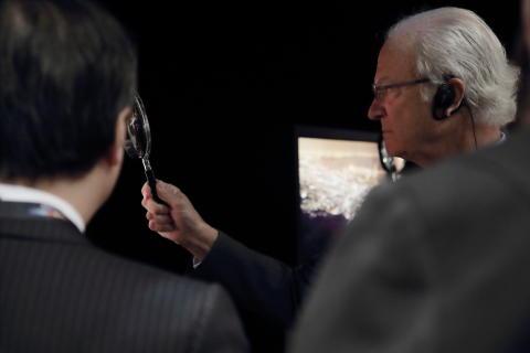 HM Konungen besöker Canon i Japan kikar på nästa generation utskrifter gjorda på Canons storformatsskrivare