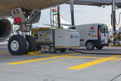 A Cavotec caddy services an aircraft at Frankfurt Airport