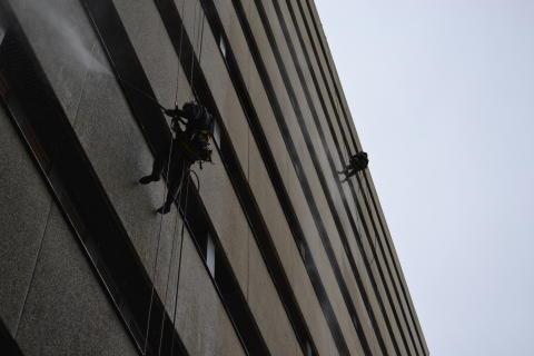 Skånes Universitetssjukhus i Lund får fasaderna rengjorda av klättrande hantverkare.