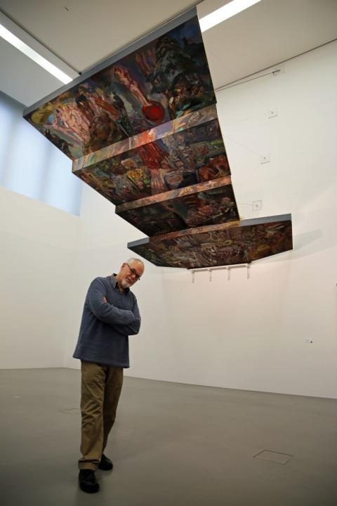 Sighard Gille vor seinem Modell für die Ausmalung der Decke des Leipziger Gewandhauses im Museum der bildenden Künste Leipzig