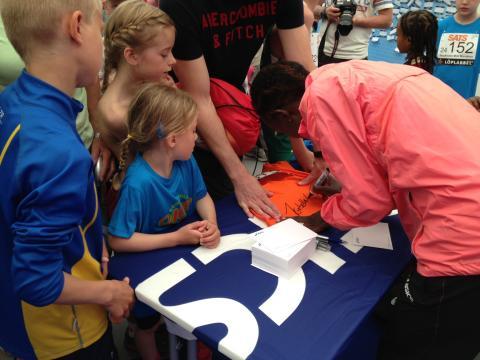 Isabellah Andersson skriver autografer på Minimaran 2013