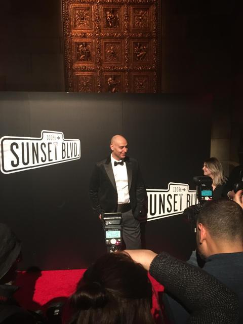 Fred Johanson intervjuas på röda mattan, Sunset Boulevard Broadway-debut premiärkväll