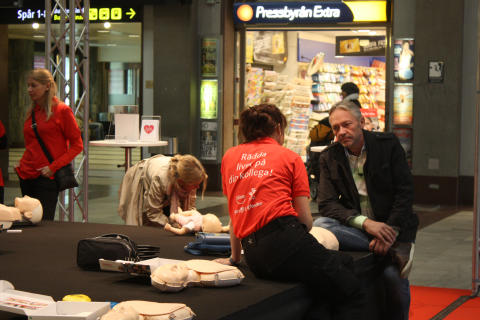 Hjärt-lungräddning med hjärtstartare på Centralen