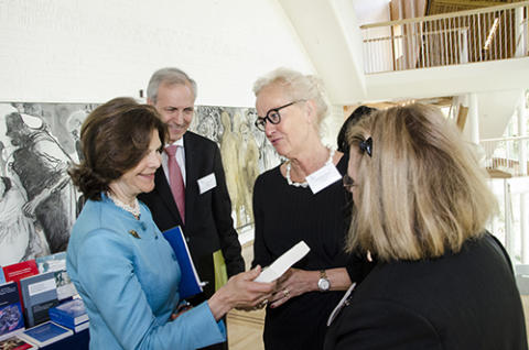 Drottning Silvia mottar boken Barnrätt på internationell barnrättskonferens