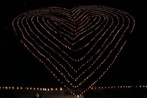 Ljusmanifestation i Rådhusparken för barns rättigheter
