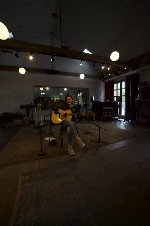 Youtube-gitarristen Gabriella Quevedo släpper sina första egna låtar producerade i Benny Anderssons anrika studio Riksmixningsverket