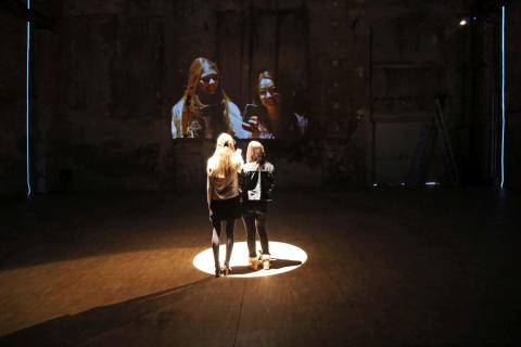 """Die Installation """"#SELFIE_LEIPZIG"""" von der Künstlerin Darya von Berner in der Maschinenhalle des Kunstkraftwerks"""