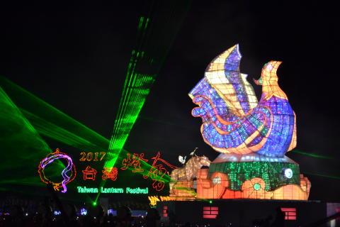 Begeisterte internationale Touristen auf dem 28. Laternenfest in Yunlin