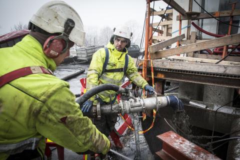Den trange anleggsplassen midt i Oslo sentrum gjorde at eneste mulighet for å få en stabil fylling rundt den nye kulverten var å bruke sementforsterket Leca lettklinker. Her Marek Bak og Lukasz Mac.