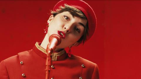 Maja Gödicke i musikvideon till låten Blå