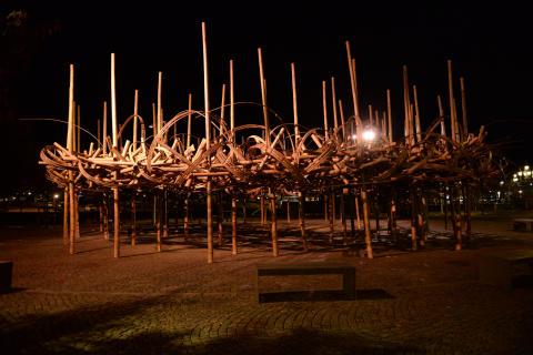 Ljus i höstmörkret på bambuinstallation