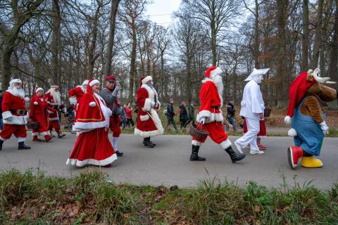 Optog gennem Dyrehaven fra Klampenborg Station til Bakken med Kalle Kronhjort, Pjerrot, gæster og julemænd