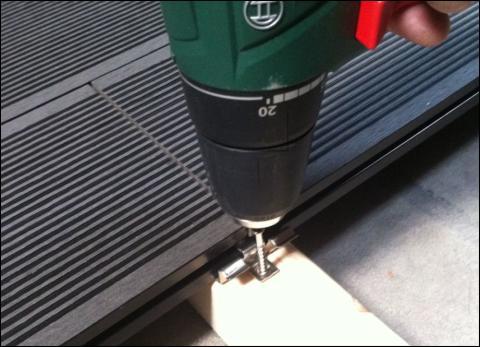 Rostfria dolda stålclips är nu standard för träkomposittrallen från Scandinavian Plank AB