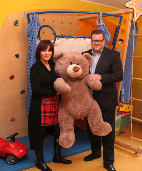 Desk Center Solutions AG macht keine Weihnachtsgeschenke:  dafür große Spende an Bärenherz