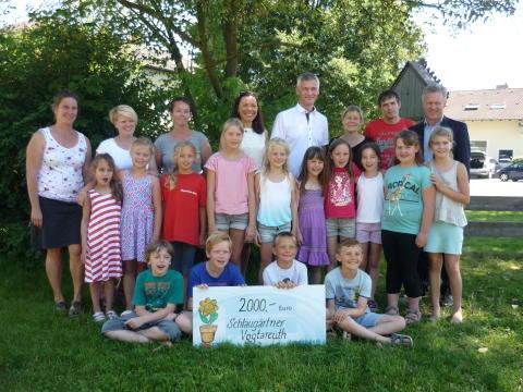 Die Schlaugärtner der Grundschule Vogtareuth freuen sich über die Unterstützung des Bayernwerks.