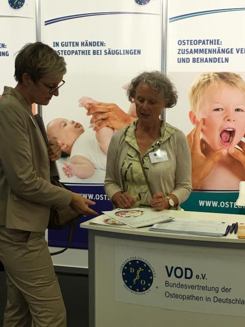 Osteopathen informieren beim Hauptstadtkongress in Berlin