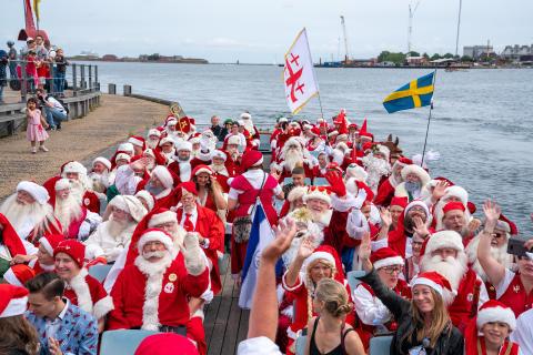 Svenska tomtar firar jul i juli på Bakken
