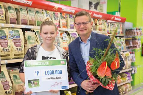 Die neue Punktemillionärin und Gewinnerin Natalie J. und Fressnapf Geschäftsführer Hermann Aigner