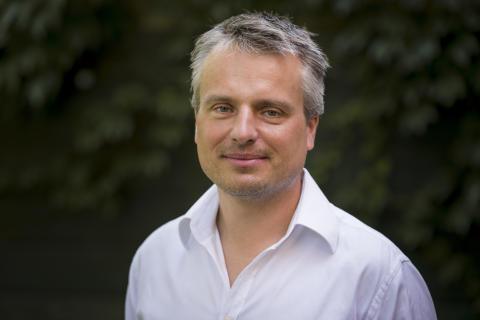 Hur funkar finansvärlden? Prisbelönt författare på Sverigebesök