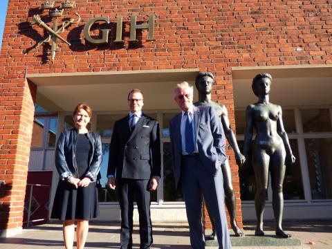 Prins Daniel tillsammans med rektor Karin Larsén och styrelseordförande Björn Eriksson