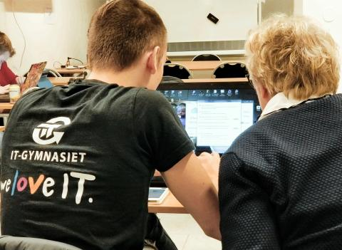 IT-elever hjälper seniorer att bli mer digitala