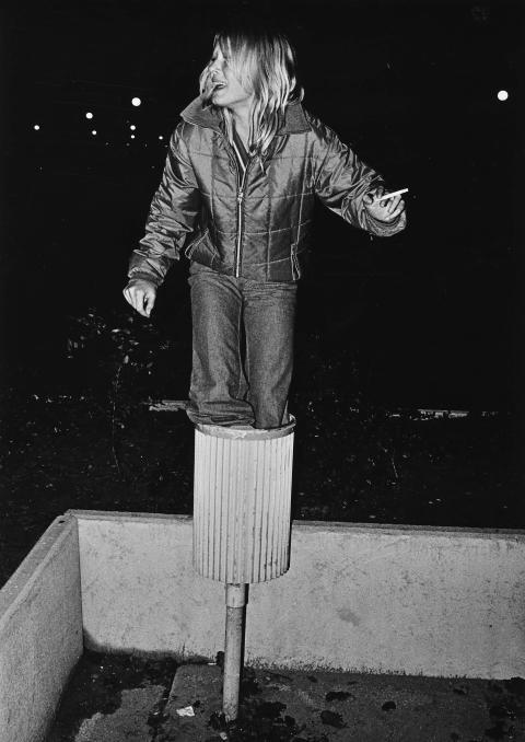 Nettan i papperskorg utanför skolan i Hammarkullen 1973. Det var hennes egen idé.