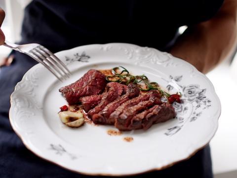 Poroa pääsiäispöytään: BasBasin keittiöpäällikön vinkit lihan käsittelyyn ja Hanna G:n nopeat poropihvit