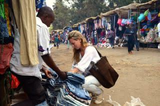 Aimee letar jeans på Matumban
