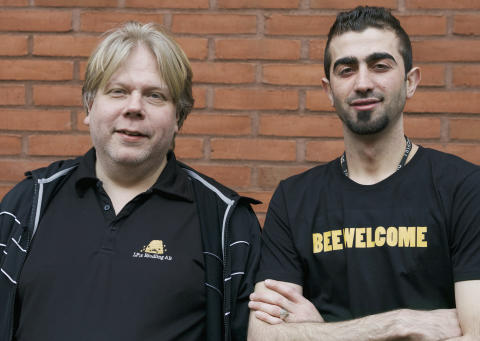Lars Pettersson och Mustafa Alkhateeb från LP:S biodling