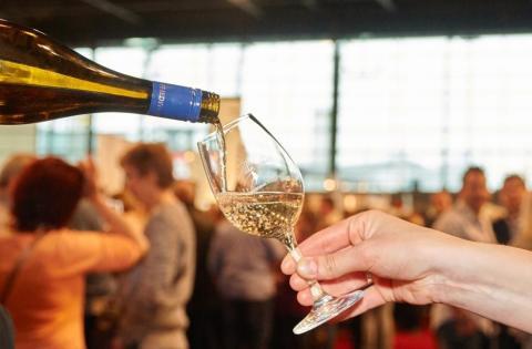 Ein Glas Weißwein auf der WeinMesse Rheinland-Pfalz