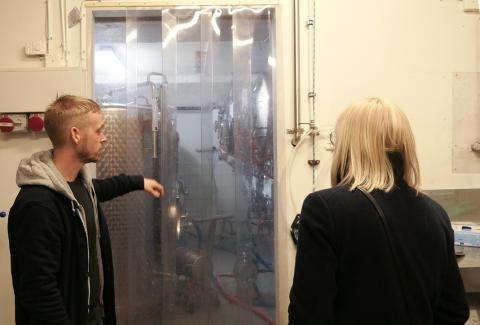 Karin Ernlund besöker bryggeriet Stockholm Brewing Co