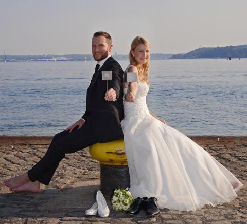 Brautpaar Mr_Mrs vor NOK auf Poller©FOTO VICO