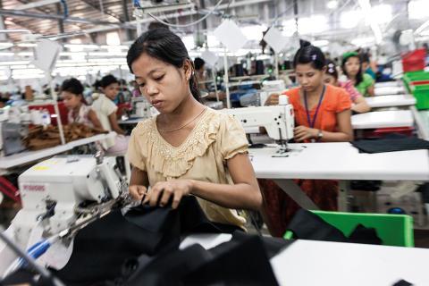 Modeslavar – vad är priset för billiga kläder?