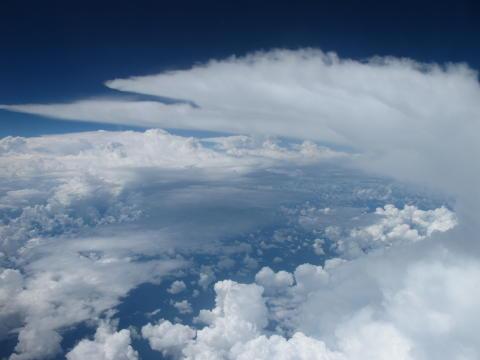 Regnoväder transporterar aerosolpartiklar väsentliga för molnbildning
