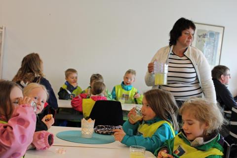 Fika efter första spadtagen för ny förskola i Myrviken