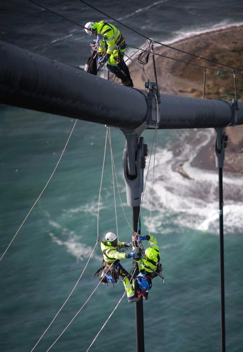 Klättrande ingenjörer inspekterar Tjörnbron