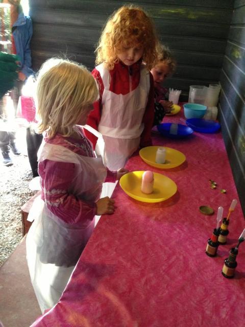 Sagoparken Trolska Skogen - Experiment bubbelbus i olika färger.