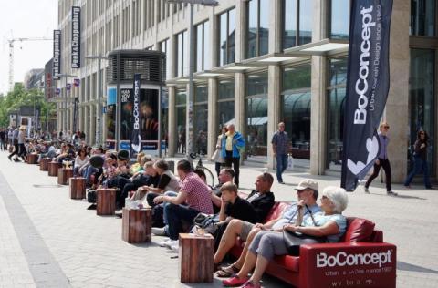 BoConcept Hannover: Autofreier Sonntag am 3.6.2018 – mit dem LÄNGSTEN SOFA der Welt