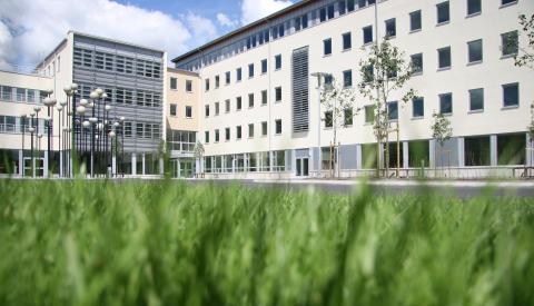 Högskolebyggnaden i Trollhättangräsmatta utanför byggnad