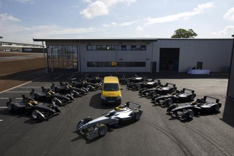 DHL levererar de första tio Formel E-bilarna till de nya anläggningarna i Storbritannien
