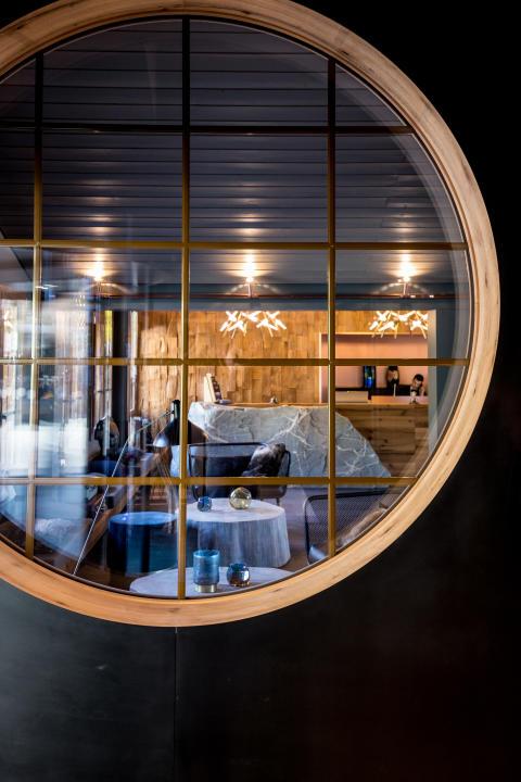 Receptionen på HUUS Hotel, Gstaad, designat at Stylt Trampoli