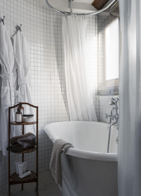Bath in one of the rooms onboard Prince van Orangiën