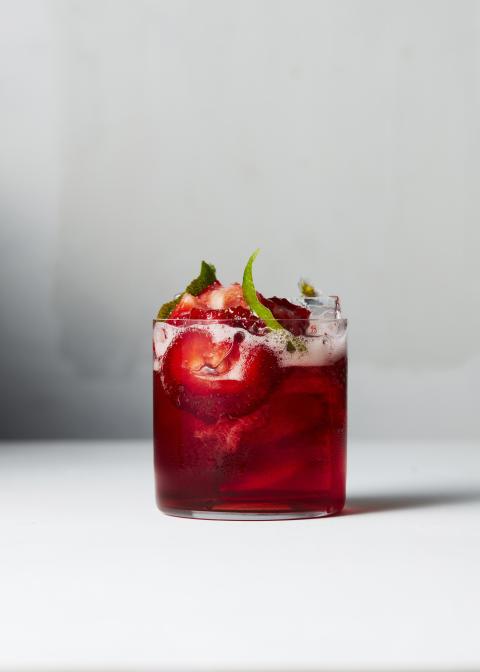 Campari, jordgubbar och tonic