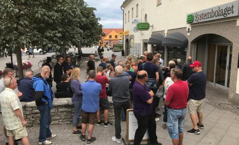 Några av de över tre hundra köande whiskyintresserade i Visby.