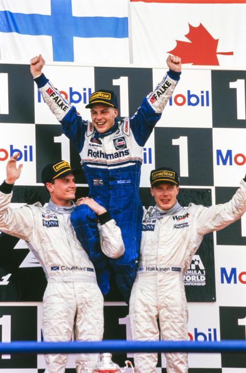 Säsongpremiär i Porsche Carrera Cup Scandinavia 2019. I startfältet på Ring Knutstorp finns Formel 1-världsmästaren Jacques Villeneuve. Bilden: Jacques Villeneuve firar VM-segern 1997 med David Coulthard och Mika Häkkinen. Foto: Motorsport Images