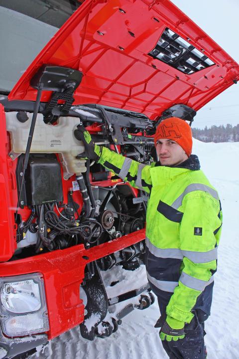 Daniel Vikberg gör en vanlig kontroll av vätskorna på bandvagnen