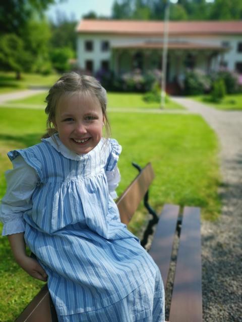 Minna, 8, utanför socitetshuset på Gustafsberg.