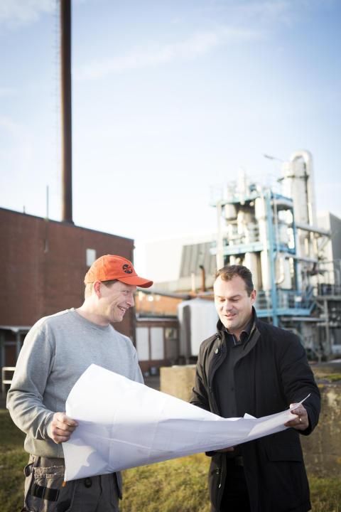 Jens Nilsson från Swedish Oat Fiber och Magnus Krågen från Pemco Energi utanför fabriken i Bua