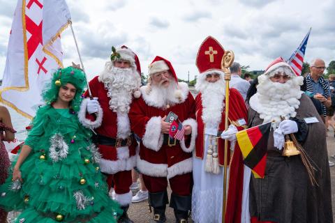 Julefolk i juletøj til kongres på Bakken og i København