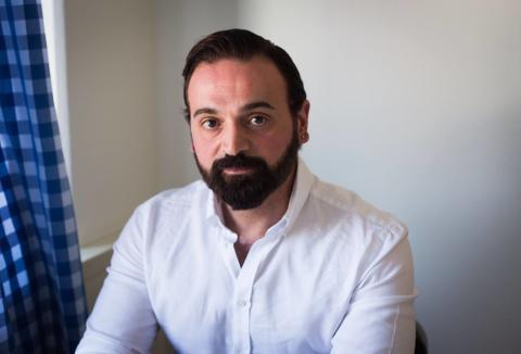 Han flydde från kriget i Syrien – nu egenföretagare i Sverige